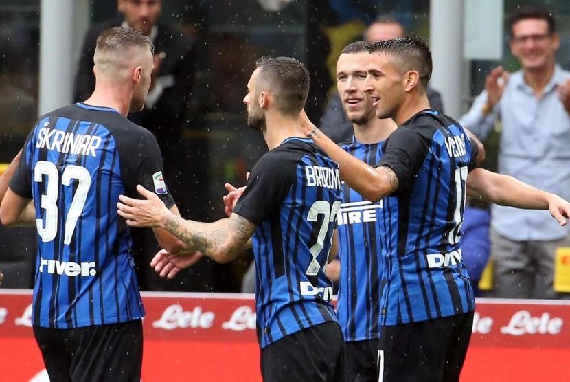 Ivan Perisic (kedua kanan) merayakan gol ke gawang SPAL bersama rekannya di Inter pada laga Serie A, di Giuseppe Meazza, Ahad (10/9).