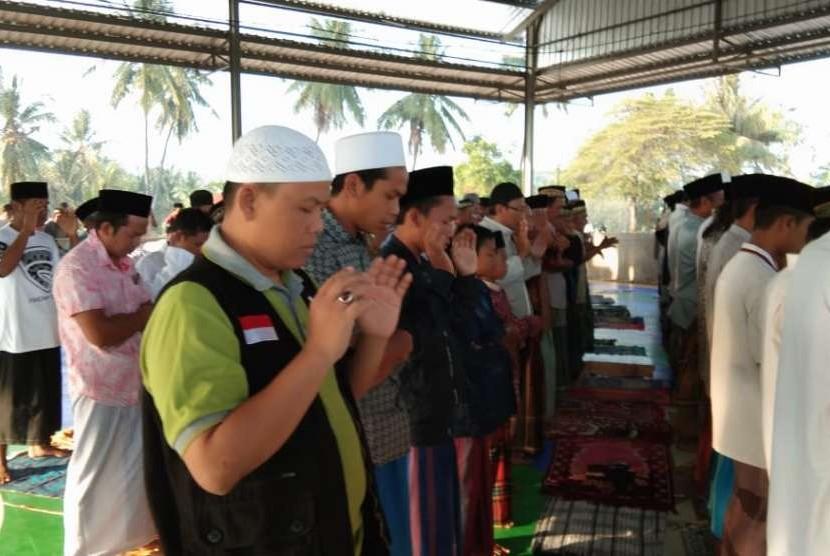 IZI bersama masyarakat bergotong royang menunaikan ibadah kurban.
