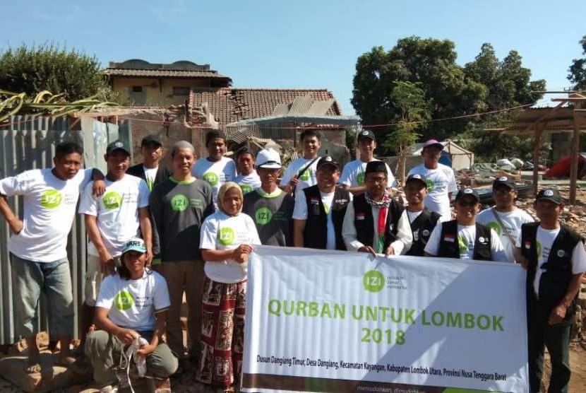 IZI membagikan daging kurban di Lombok.