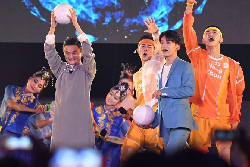 Jack Ma mewakili delegasi Cina sebagai tuan rumah Asian Games berikutnya, tampil membawa bola saat menghadiri Upacara Penutupan Asian Games ke-18 Tahun 2018 di Stadion Utama Gelora Bung Karno (GBK), Senayan, Jakarta, Minggu (2/9).