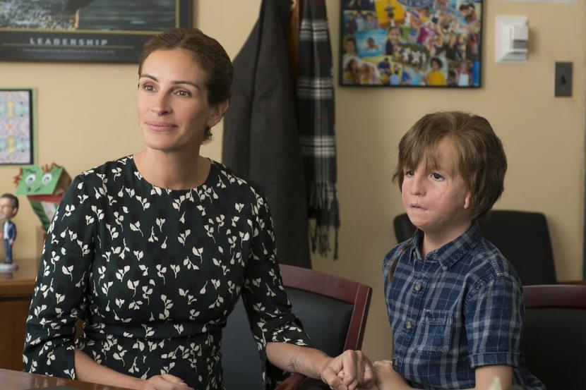 Jacob Tremblay dan Julia Roberts dalam film Wonder
