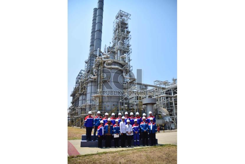 Jajaran Direksi Pertamina dan TPPI berfoto dengan Presiden Joko Widodo di kilang minyak Trans Pacific Petrochemical Indotama (TPPI) di Tuban, Jawa Timur, Rabu (11/11).