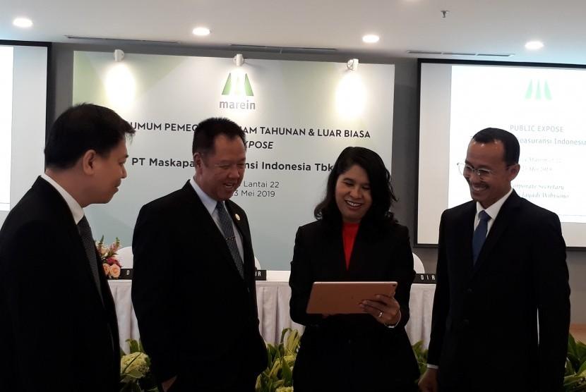 Jajaran direksi PT Maskapai Reasuransi Indonesia Tbk (Marein) berbincang usai Rapat umum Pemegang Saham Tahunan (RUPST), Kamis (23/5).