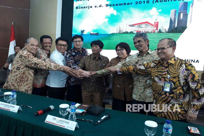 Jajaran Direksi PT  Pertamina Persero bersama Direktur Utama baru Elia Massa Manik (Tengah) berpose bersama di Kantor Pusat Pertamina, di Jakarta, Kamis (16/3).