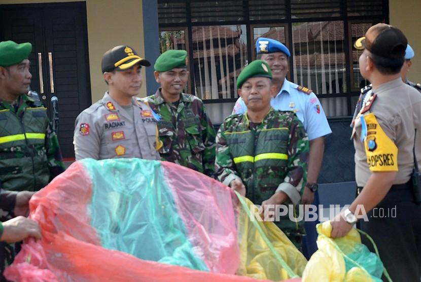 Jajaran Kepolirian Resort Kabupaten Ponorogo bekerja sama dengan jajaran TNI Angkatan Udara, Lanud Iswahjudi menggelar razia balon udara. (Dok)