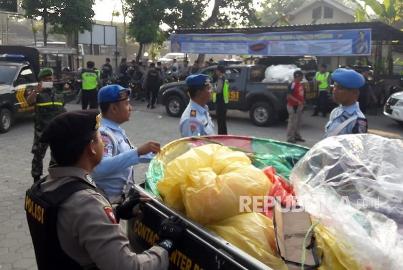 Jajaran Kepolirian Resort Kabupaten Ponorogo bekerja sama dengan jajaran TNI Angkatan Udara, Lanud Iswahjudi menggelar razia balon udara pada Ahad (17/6).