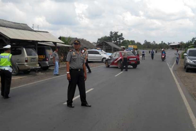 Jajaran kepolisian dibantu TNI dan Dinas Perhubungan berjaga-jaga di perbatasan Lampung, Selasa (30/10).
