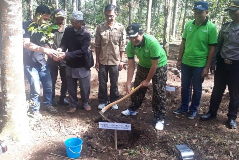 Jajaran manajemen Len Incorporated secara simbolis bersama Wakil Bupati Kabupaten Bandung Gun Gun Gunawan, melakukan penanaman pohon kopi.