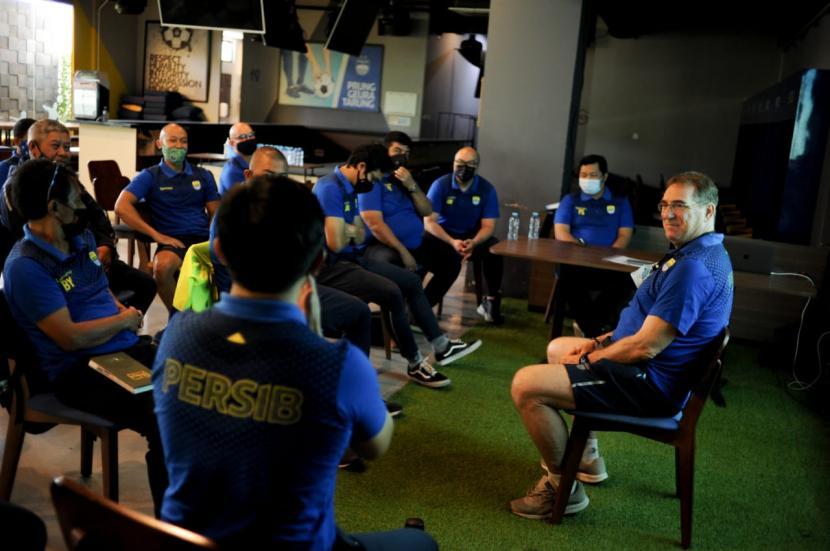 Jajaran pelatih Persib Bandung menggelar pertemuan jelang latihan perdana di Graha Persib, Jalan Sulanjana, Kota Bandung, Senin (22/2).