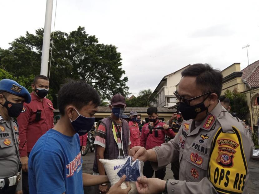 Kapolrestabes Bandung Kombes Pol Ulung Sampurna Jaya membagikan beras dan masker, Rabu (3/2).