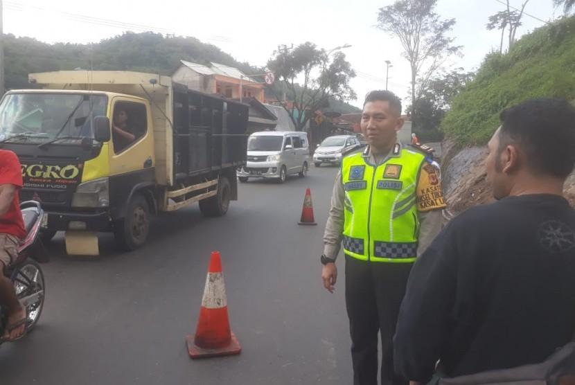 Jajaran Satlantas Polres Bandung meninjau jalur Nagreg yang akan dilewati pemudik pada saat jelang hari Raya Idul Fitri, Jumat (3/5).
