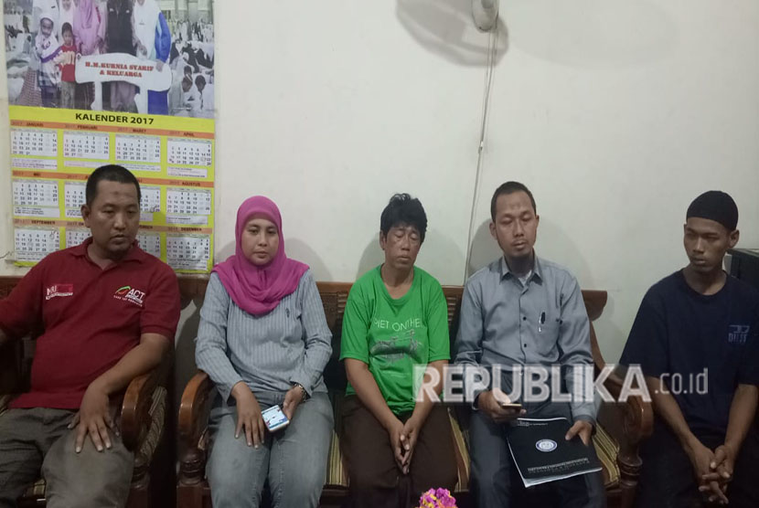 Kuasa hukum korban pembagian sembako di Monas bernama Rizki, Muhammad Fatayyah mendampingi orang tua korban memberi keterangan pers di RT 12/RW 13 Pademangan Barat, Jakarta Utara, Selasa (1/5).