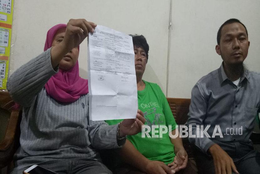 Kuasa hukum korban pembagian sembako di Monas bernama Rizki, Muhammad Fayyadh mendampingi orang tua korban memberi keterangan pers di RT 12/RW 13 Pademangan Barat, Jakarta Utara, Selasa (1/5).