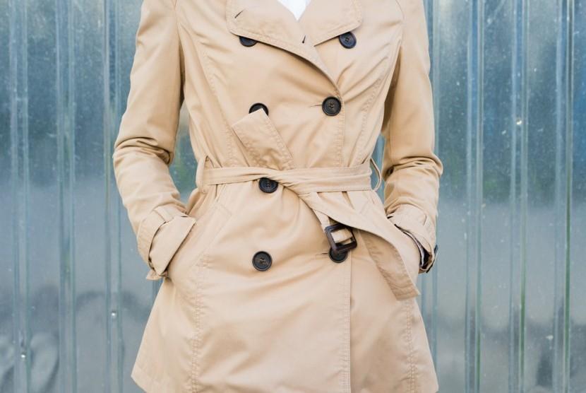 Jaket jenis trench coat atau mantel hujan.