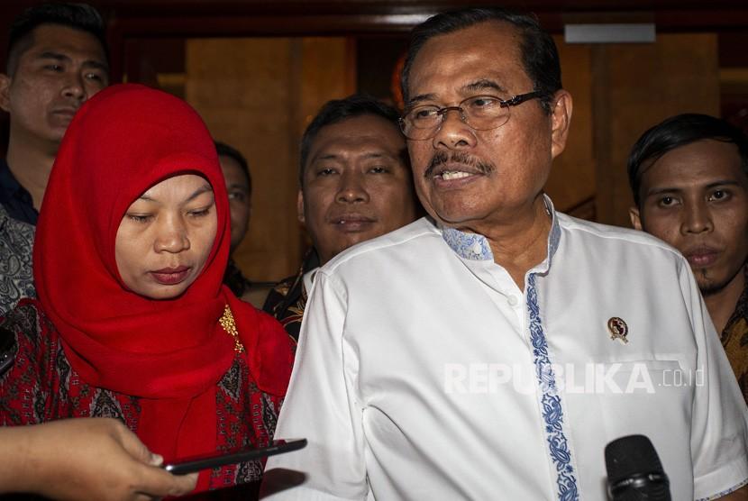 Jaksa Agung HM Prasetyo (kanan) bersama terpidana kasus pelanggaran Undang-Undang Informasi dan Transaksi Elektronik (UU ITE) Baiq Nuril Maknun (kiri) menyampaikan keterangan pers seusai melakukan pertemuan di kantor Kejaksaan Agung, Jakarta, Jumat (12/7/2019).