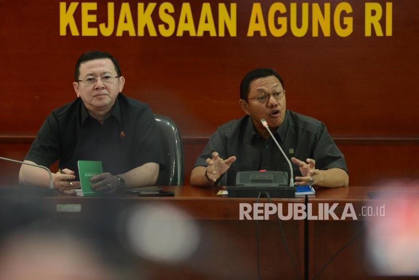 Jaksa agung muda tindak pidana umum Noor rochmad (kanan) bersama Kapuspenkum Kejaksaan Agung Mohammad Rum (kiri) mengumumkan berkas p21 atas kasus dugaan penistaan agama kepada awak media di Kejaksaan Agung, Jakarta, Rabu (30/11).