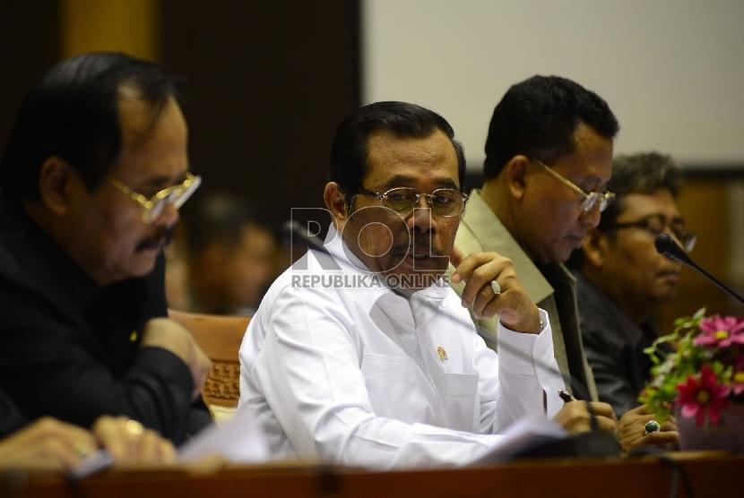 Jaksa Agung Prasetyo (tengah) menghadiri rapat dengar pendapat dengan komisi III DPR di Ruang rapat Komisi III, Kompelek Parlemen, Jakarta, Selasa (30/6). (Republika/Raisan Al Farisi)
