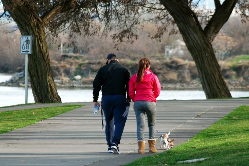 Jalan Cepat. Dua setengah hingga lima jam per pekan dari aktivitas jalan cepat kurangi risiko penyakit.