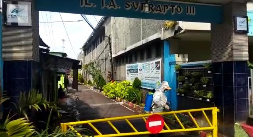 Jalan JA Suprapto III di Kecamatan Klojen, Kota Malang terpaksa harus ditutup (lockdown), Senin (21/6). Hal ini karena dilaporkan telah muncul klaster Covid-19 akibat aktivitas takziah di lokasi tersebut.