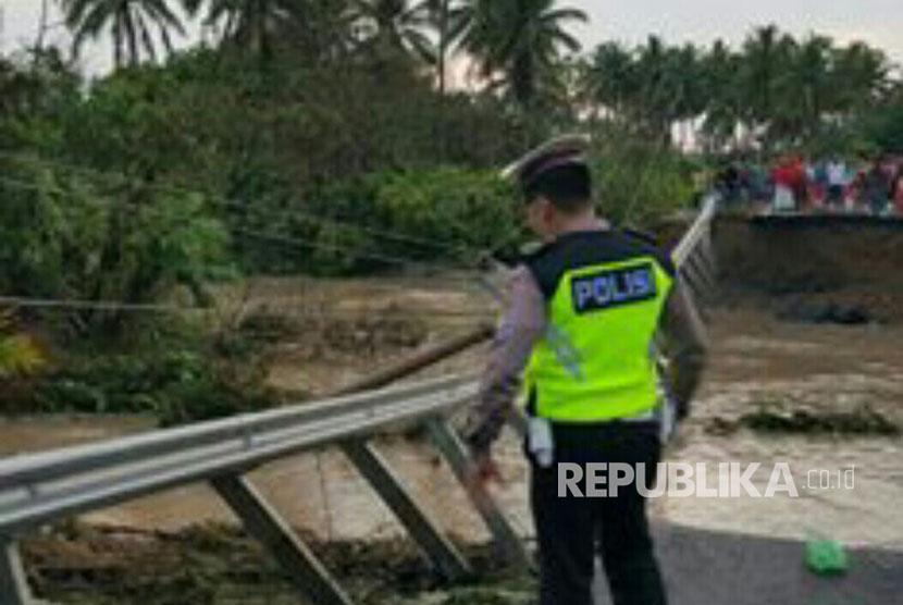 Jalan lintas barat di Desa Mandiri Sejati KM 20 Kecamatan Krui Selatan, Kabupaten Pesisir Barat, Lampung putus diterjang banjir Kamis (12/10).
