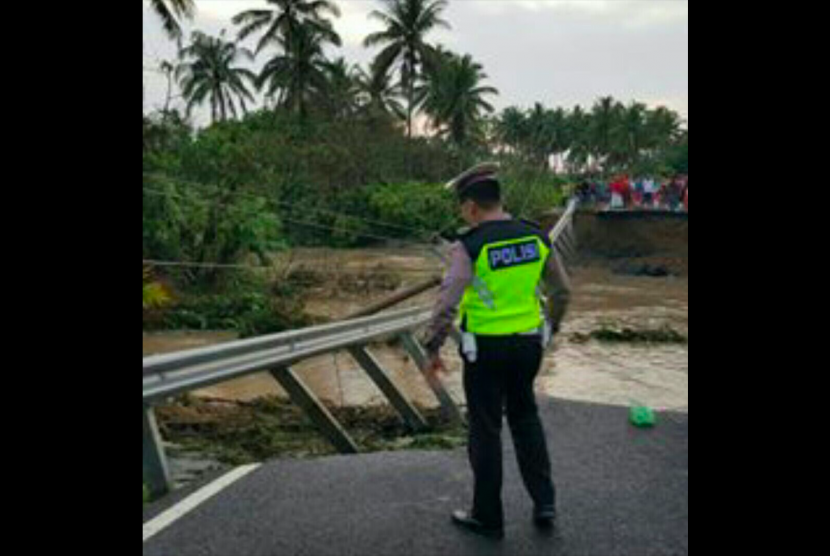 Jalan lintas barat (Jalinbar) di Kampung Mandiri Sejatin KM 20, Kecamatan Krui Selatan, Kabupaten Pesisir Barat (Pesibar), Lampung, terputus akibat terjangan air hujan, Kamis (12/10) dini hari.