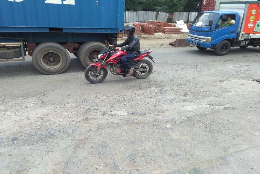 Jalan Raya Bekasi-Pulogadung Kondisinya Rusak Berat