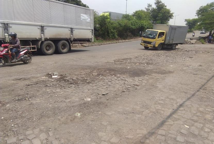 Jalan raya Cakung-Cilincing, Jakarta Utara kondisinya rusak berat. Rusaknya jalan tersebut diperkirakan karena beratnya muatan yang dibawa oleh kendaraan-kendaraan besar tersebut.
