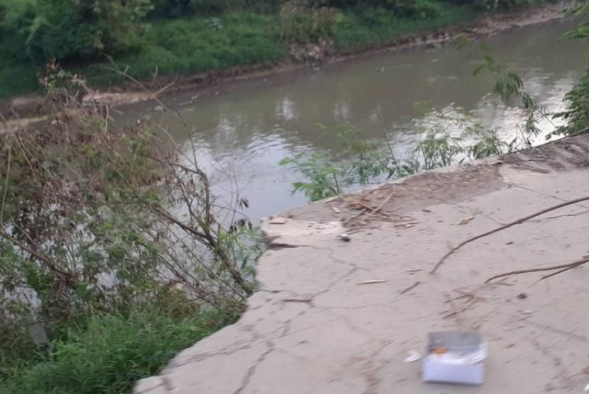 Jalan Raya Cikarang Bekasi Laut (CBL) di Kampung Talar, Desa Muktiwari, Kecamatan Cibitung, Kabupaten Bekasi,amblas ke tepi sungai. Senin (20/5).