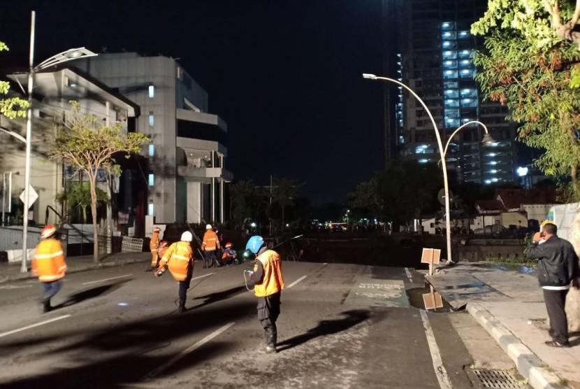 Jalan Raya Gubeng, Surabaya, ambles pada Selasa (18/12) malam.