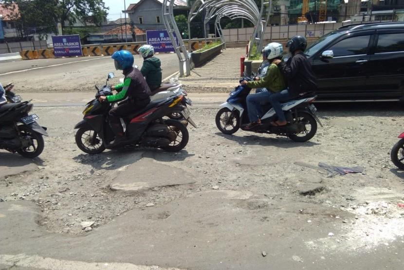 Jalan Rusak dan berlubang di Depan Kemala Lagoon Kalimalang, Kota Bekasi, Kamis (25/4).