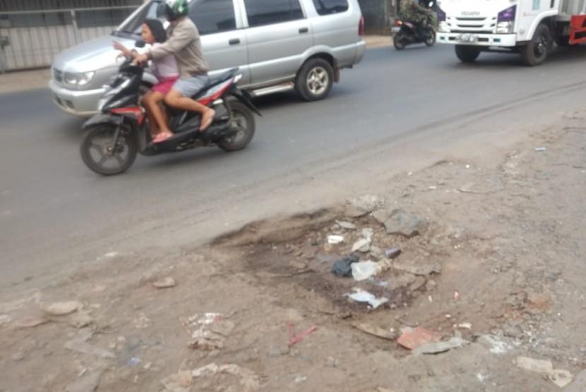 Jalan rusak dan berlubang di Jalan  Narogong raya, Rawalumbu, Kota Bekasi,  Senin (20/5)