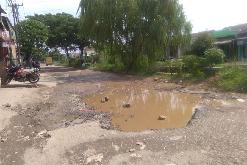 Jalan rusak di perumahan griya 2, Tambun Selatan, Kabupaten Bekasi.