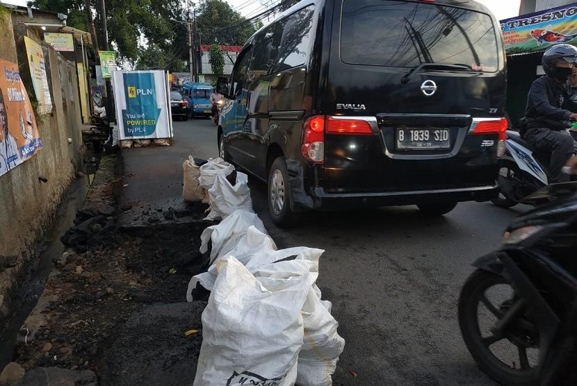 Jalan Salihara macet akibat proyek galian PLN.