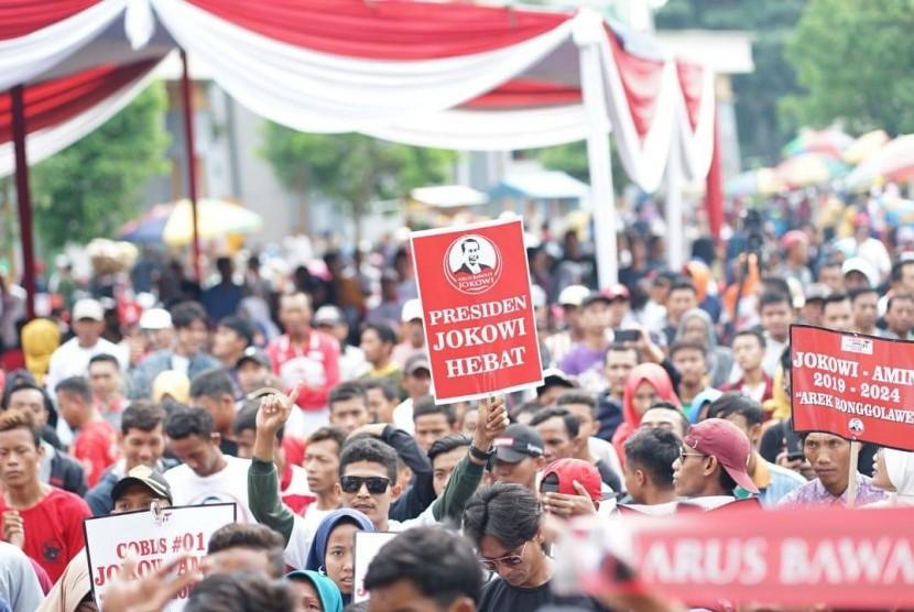 Jalan sehat relawan Jokowi di Tuban.