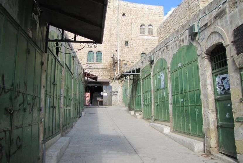 Jalan Shuhada di Hebron, Tepi Barat yang pernah menjadi jantung aktivitas warga kini sepi.