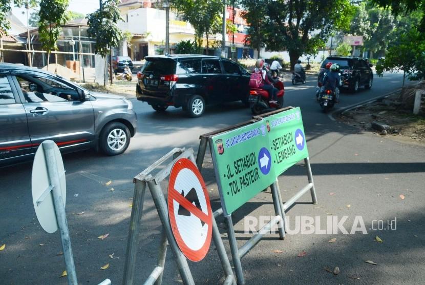 Jalan Sukajadi menjadi satu arah dalam uji coba rekayasa lalu lintas, di Kota Bandung, Kamis (11/7).