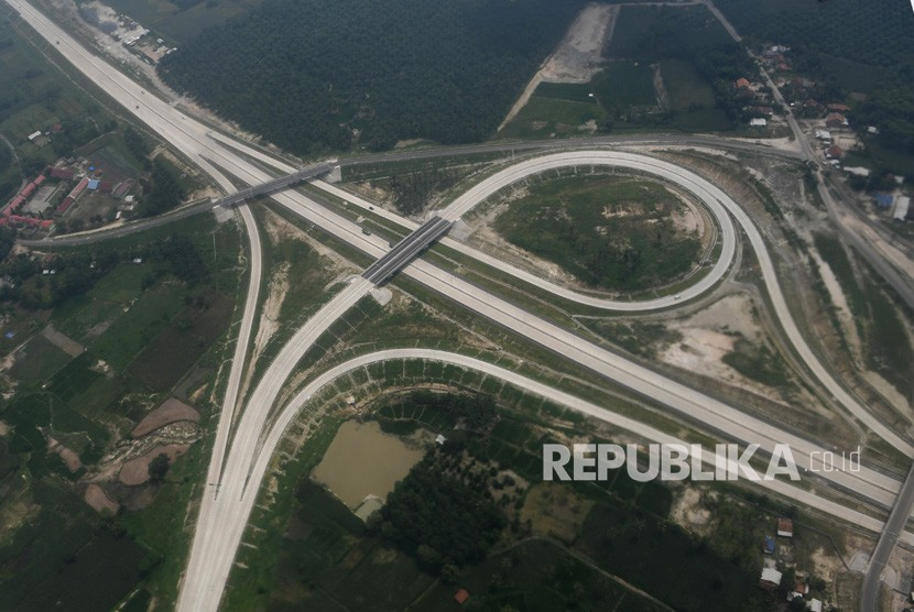 Jalan Tol Trans-Sumatra. Foto udara jalan Tol Trans-Sumatra sesi ruas Bakauheni-Terbanggi Besar yang telah diresmikan oleh Presiden Joko Widodo di Lampung, Sabtu (9/3/).