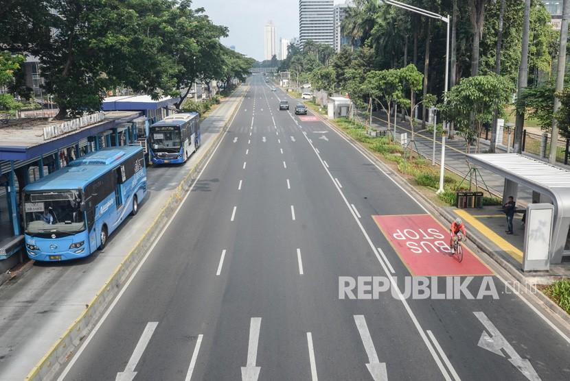 Jalanan Jakarta Lengang.Suasana jalana protokol yang sepi di Jakarta Pusat, Jum'at (7/6).