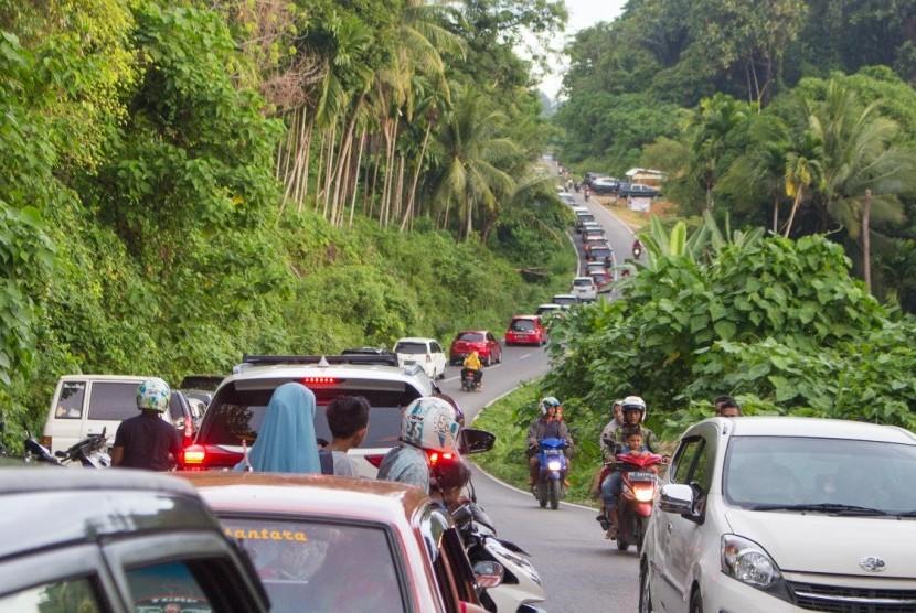 Jalur baru yang menghubungkan pusat Kota Padang dengan Pantai Air Manis menjadi favorit wisatawan. Diprediksi ada 15 ribu wisatawan yang berkunjung ke pantai yang terkenal dengan Batu Malin Kundang tersebut di hari kedua Lebaran.