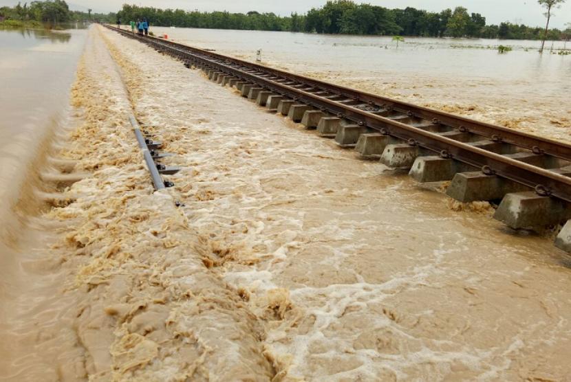 Jalur kereta api (KA) di KM 252+5/7 antara Stasiun Ketanggungan – Ciledug, Kabupaten Cirebon, terendam banjir luapan sungai Cisanggarung, Jumat (23/2) sekitar pukul 00.13 WIB. Akibatnya, jalur tersebut tidak bisa dilalui KA sehingga mengganggu perjalanan KA.
