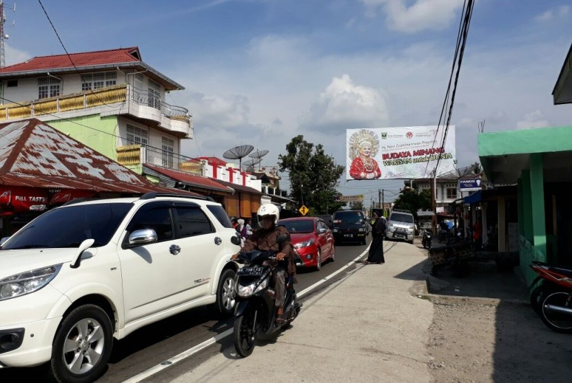 Jalur utama Kota Padang-Bukittinggi terpantau ramai lancar pada Selasa (12/6) atau H-3 Lebaran 1439 H. Padahal sebelumnya kepolisian memprediksi hari ini merupakan puncak arus mudik Lebaran. Terurainya kemacetan diyakini sebagai imbas dari penataan Pasar Koto Baru selama 3 bulan terakhir.