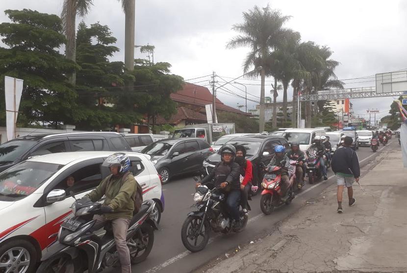 Jalur wisata Lembang terpantau macet oleh kendaraan yang hendak liburan ke sejumlah objek wisata di Lembang, Senin (24/12).