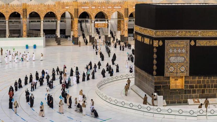 Saudi Ingatkan Jamaah tak Terpikat Penawaran Haji Palsu. Jamaah antri melakukan tawaf di kala musim haji 2019.