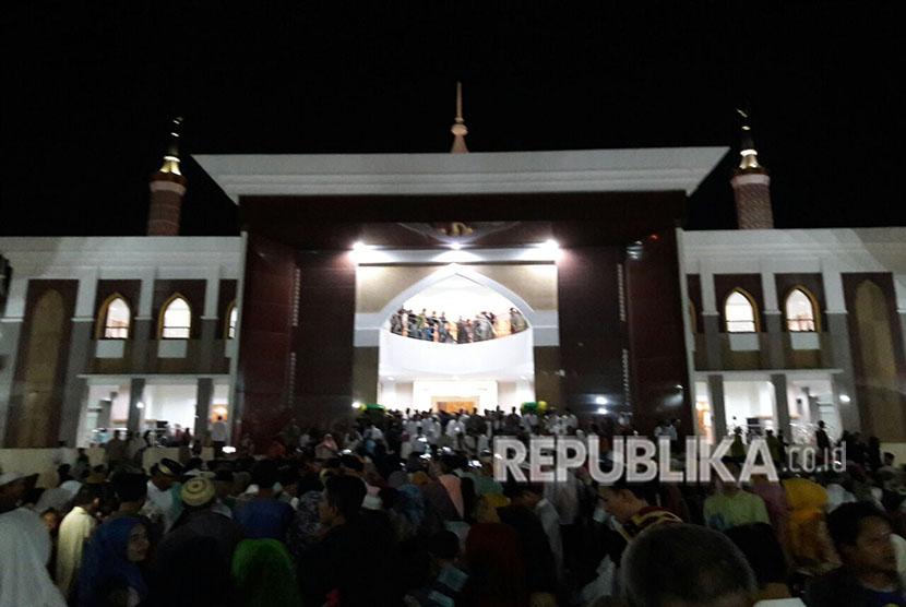 Jamaah berduyun-duyun mendatangi  Masjid Islamic Center Syekh Abdul Manan Kabupaten  Indramayu, Jumat (1/6) malam. Masjid megah itu difungsikan secara perdana pada malam ini bersamaan dengan peringatan Nuzulul Quran.