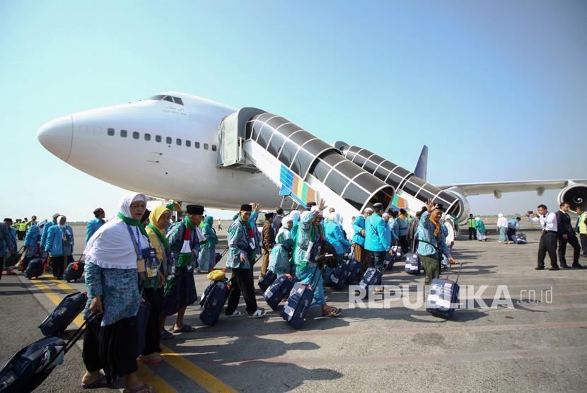 Jamaah calon haji  Embarkasi Surabaya berjalan menuju pesawat di Bandara Udara Internasional Juanda, Sidoarjo, Jawa Timur.