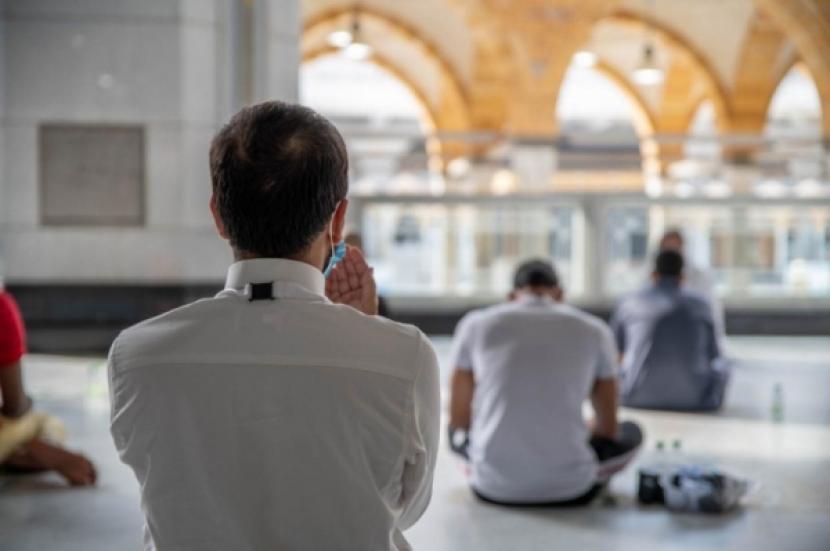 Memahami Hakikat Ibadah Haji. Foto: Jamaah haji 2020 asal Iran berdoa di Masjidil Haram.