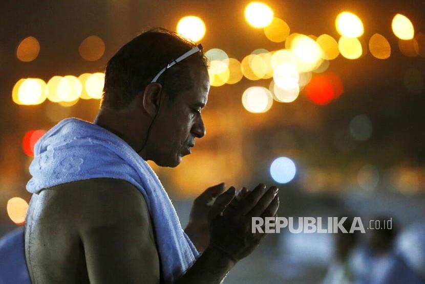 Afghanistan . Jamaah haji berdoa di Jabal Rahmah saat berwukuf di Padang Arafah, Makkah, Arab Saudi.