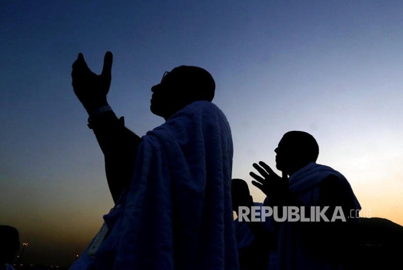 Jamaah haji berdoa di Jabal Rahmah saat berwukuf di Padang Arafah, Makkah, Arab Saudi, Sabtu (10/8). Sekitar 2 juta jamaah haji dari berbagai negara  berwukuf di tempat ini sebagai salah satu syarat sah berhaji.