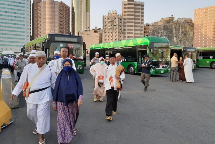 Jamaah haji Indonesia baru saja turun dari bus Shalawat di Terminal Syib Amir, Makkah (Ilustrasi).