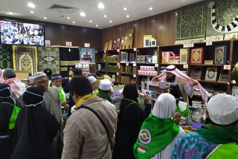 Jamaah haji Indonesia berbelanja suvenir seusai mengunjungi Museum Al Quran Madinah, Jumat (26/7).  Selain Al Quran, toko yang ada di museum ini juga menjual sajadah, karpet, dan lainnya sebagai suvenir.